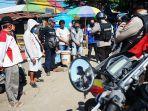 aparat-kepolisian-memberikan-imbauan-saat-patroli-penegakan-aturan-psbb-di-pasar-pabaeng-baeng-3.jpg