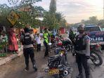 aparat-kepolisian-membubarkan-kerumunan-pengendara-motor-di-kabupaten-majene.jpg