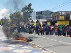 api-melakukan-aksi-unjuk-rasa-di-depan-kantor-wali-kota-palopo-senin-12102020.jpg