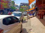 area-pedestrian-yang-berubah-menjadi-tempat-parkir-dan-etalase-di-jl-ra-kartini.jpg