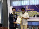 ashari-arifuddin-saat-memberikan-sertifikat-kepada-peserta-pelatihan.jpg
