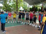 atlet-sepak-takraw-sedang-mendengarkan-arahan-pelatih-sebelum-latihan-di-gedung-mulo.jpg