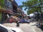 barang-toko-bangunan-disimpan-di-ruas-jalan-pasar-baru-bantaeng-ganggu-pengguna-jalan.jpg