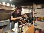 barista-pren-kopi-menuangkan-susu-ke-gelas-di-sela-grand-opening-pren-kopi-jl-perintis.jpg