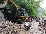 bencana-longsor-yang-menutupi-badan-jalan-sempat-memutus-akses-ke-tiga-desa-di-kecamata-enrekang.jpg
