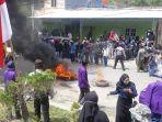 bentrokan-sempat-warnai-unjuk-rasa-ratusan-mahasiswa-di-depan-kantor-dprd-enrekang.jpg