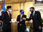 bi-menyerahkan-upk-75-kepada-gubernur-sulawesi-selatan-dan-juga-pj-wali-kota-makassar.jpg