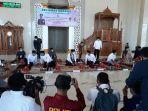 boy-rafli-amar-berbincang-andi-seto-setelah-tiba-di-masjid-islamic-center-sinjai.jpg