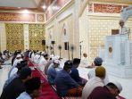 budiman-saat-salat-tarwih-perdana-di-masjid-babul-khair-5.jpg