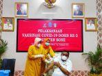 bupati-bone-andi-fahsar-mahdin-padjalangi-saat-disuntik-vaksin-covid-19-rabu-332021.jpg
