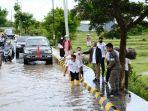 bupati-jeneponto-iksan-iskandar-pantau-lokasi-banjir-di-jalan-lingkar-kelurahan-empoang.jpg