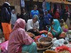 bupati-luwu-timur-thorig-husler-meninjau-aktivitas-jual-beli-di-pasar-tradisional-malili_20180611_100705.jpg