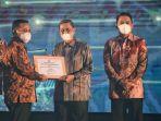 bupati-wajo-amran-mahmud-menerima-penghargaan-pinisi-sultan-award-2021.jpg