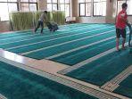 cegah-penularan-virus-corona-pengurus-masjid-nurul-istiqamah-btp-gulung-dan-bersihkan-karpet.jpg