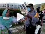 cek-video-viral-emak-emak-marah-pakai-bahasa-inggris-saat-diminta-bubar.jpg