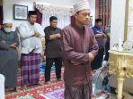 chaidir-syam-saat-melaksanakan-shalat-tarawih-di-rumahnya-sabtu-2542020.jpg