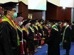dekan-dari-setiap-fakultas-di-unhas-menyerahkan-ijazah-kepada-lulusan-terbaik.jpg