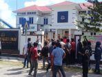 demonstrasi-di-depan-kantor-kejari-sinjai-jl-jenderal-sudirman-kecamatan-sinjai-utara.jpg