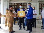 direktur-politeknik-ati-makassar-muhammad-basri-menyerahkab-bantuan-untuk-korban-gempa.jpg