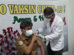 dr-benny-saat-menerima-vaksin-sinovac-pada-vaksinasi-pertama-di-rsud-i-la-galigo.jpg