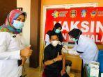 drg-armin-saat-menyaksikan-proses-vaksinasi-di-kabupaten-wajo.jpg