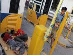 dua-anak-jalanan-anjal-tertidur-didekat-counter-parkir.jpg