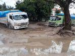 dua-dump-truck-terparkir-di-jalan-trans-sulawesi-di-desa-radda-kecamatan-baebunta.jpg