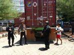 dua-personel-brimob-polda-sulsel-bersenjata-lengkap-menjaga-ketat-mobil-kontainer.jpg