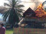 dua-rumah-adat-terbakar-di-kawasan-rumah-adat-atakkae-sengkang-kabupaten-wajo.jpg