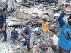 dua-security-kantor-gubernur-sulawesi-bara-dievakuasi-dari-reruntuhan-bangunan-akibat-gempa-sulbar.jpg