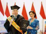 edhie-baskoro-yudhoyono-dan-aliya-rajasa-istrinya-berpose-bersama-setelah-mendapatkan-gelar-doktor.jpg