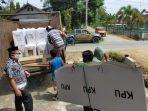farhanuddin-saat-memantau-proses-distribusi-logistik-di-kantor-kpu-mamuju-tengah.jpg