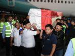 foto-foto-jenazah-almarhum-ichsan-yl-saat-tiba-di-bandara-makassar.jpg