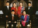 foto-presiden-ketiga-ri-prof-bj-habibie-bersama-istri-ainun-hasri-habibie-bersama-keluarga.jpg