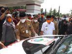 gubernur-sulbar-ali-baal-masdar-serahkan-bantuan-ambulance-covid-19-kepada-bupati-polman.jpg