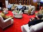 gubernur-sulsel-prof-hm-nurdin-abdullah-saat-menerima-tamu-di-kantor-gubernur-sulsel.jpg