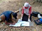 guru-smpn-20-sinjai-irmawati-sedang-mengajar-siswanya-di-bawah-pohon-cengkeh.jpg
