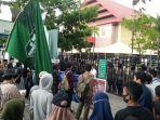 hmi-komisariat-umi-gelar-demonstrasi-di-depan-gedung-dprd-sulsel.jpg