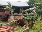 hujan-disertai-angin-kencang-merusak-sejumlah-rumah-di-desa-assorajang-wajo-senin-7122020.jpg