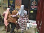 ifa-istri-wahyu-jayadi-datang-pukul-1202-wita-di-mapolres-gowa-jl-syamsuddin-tunru.jpg