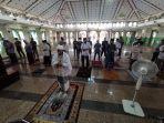 imam-masjid-al-markaz-al-islami-hasan-basri-tengah-memimpin-shalat-gerhana-matahari.jpg