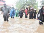 indah-putri-indriani-tengah-meninjau-banjir-di-kelurahan-bone-tua-jumat-2662020.jpg