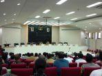 iqbal-suhaeb-mendapatkan-tepuk-tangan-meriah-saat-memimpin-dialog-kebangsaan-bersama-mahasiswa-papua.jpg
