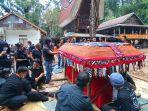 isak-tangis-iringi-pemakaman-oktovianus-rayo-guru-asal-toraja-korban-kkb-sabtu-1742021.jpg