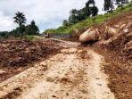 jalan-penghubung-tiga-desa-di-batueran-lembang-batulimbong-kecamatan-bangkelekila.jpg