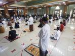 jamaah-melaksanakan-shalat-jumat-di-masjid-agung-al-barkah-kota-bekasi-jumat-2952020.jpg