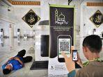 jemaah-masjid-mengaktifkan-scan-guick-response-qr-code-kotak-amal-1.jpg