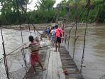 jembatan-gantung-di-desa-tabaroge.jpg