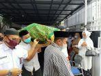 jenazah-irfan-wiraguna-roem-dibawa-keluarga-menuju-masjid-untuk-disalatkan.jpg