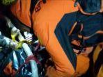 jenazah-salman-anwar-dievakuasi-basarnas-dari-gunung-lompobattang-sabtu-642019.jpg